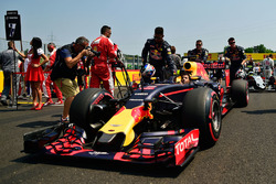 Daniel Ricciardo, Red Bull Racing RB12 en la parrilla