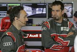 Erik Schuivens, Renningenieur, Audi Sport Team Joest; Justin Taylor, LMP1-Rennignenieur, Audi Sport Team Joest