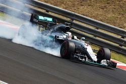 Lewis Hamilton, Mercedes AMG F1 W07 Hybrid bloque une roue au freinage