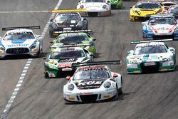 Start van de race, #17 KÜS TEAM 75 Bernhard, Porsche 911 GT3 R: David Jahn, Kévin Estre führt