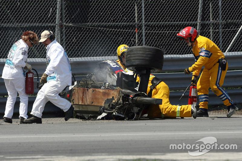 От BMW Sauber F1.07 почти ничего не осталось. Во время аварии оторвались даже прицепленные тросами колеса.