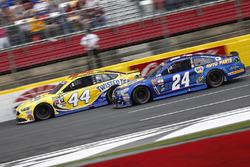 Brian Scott, Richard Petty Motorsports Ford, et Chase Elliott, Hendrick Motorsports Chevrolet
