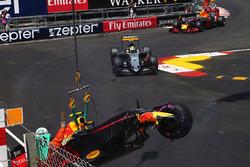 Max Verstappen, Red Bull Racing RB12 crash
