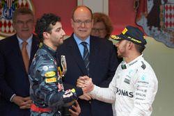 Daniel Ricciardo, Red Bull Racing avec Lewis Hamilton, Mercedes AMG F1 sur le podium