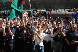 BMW Team Germany, Augusto Farfus, ve kız arkadaşı Liri Johnsson zaferi kutluyor