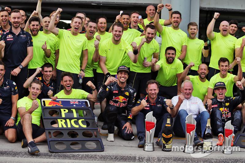 Le vainqueur Daniel Ricciardo, Red Bull Racing fête sa victoire avec Max Verstappen, Red Bull Racing, Dr Helmut Marko, conseilleur Red Bull Motorsport, Christian Horner, team principal Red Bull Racing et l'équipe
