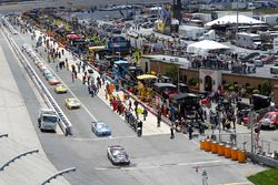 Kevin Harvick, Stewart-Haas Racing Chevrolet leads the field off pit road