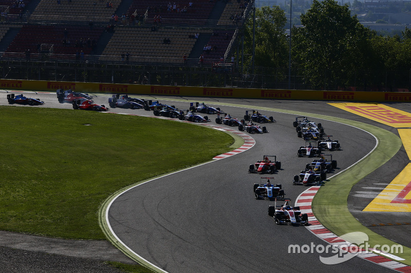 Alexander Albon, ART Grand Prix leads Oscar Tunjo, Jenzer Motorsport and the rest of the field at th