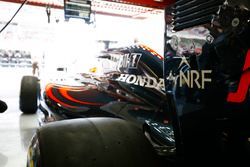Fernando Alonso, McLaren MP4-31 se prepara para dejar el garaje