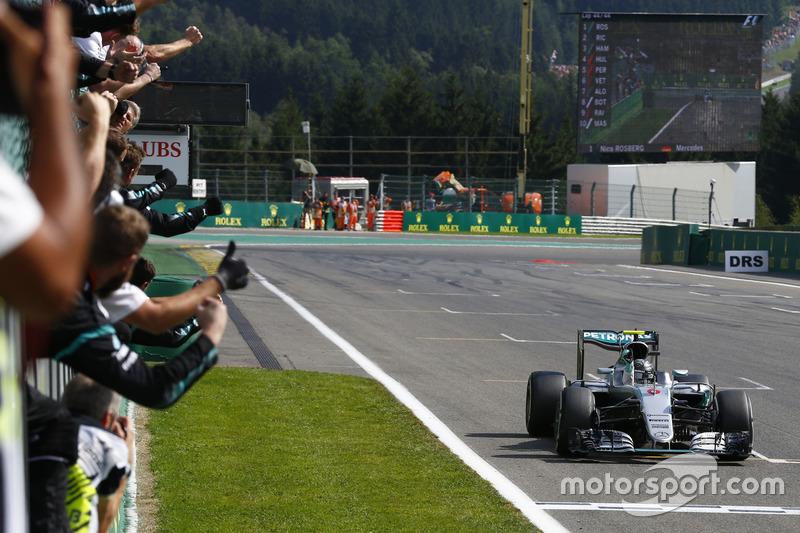 Podio: il vincitore Nico Rosberg, Mercedes AMG F1