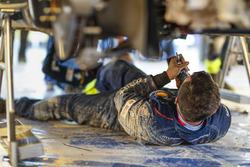 Des mécaniciens travaillent sur une Hyundai i20 WRC, Hyundai Motorsport