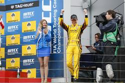 Podium: Race winner Nicky Catsburg, LADA Sport Rosneft, Lada Vesta