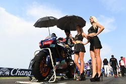 Taiga Hada with grid girls