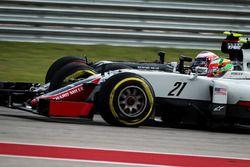 Esteban Gutierrez, Haas F1 Team VF-16 ve Jenson Button, McLaren MP4-31 pozisyon mücadelesi