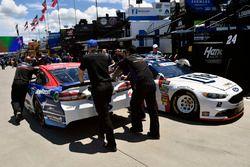 Trevor Bayne, Roush Fenway Racing, Ford; Brad Keselowski, Team Penske, Ford