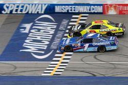 Эллиот Сэдлер, JR Motorsports Chevrolet и Пол Менард, Richard Childress Racing Chevrolet