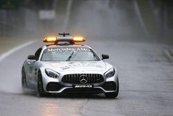De safety car rijdt een ronde om de omstandigheden te controleren