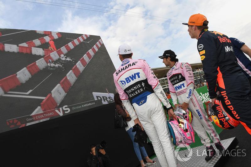 Max Verstappen, Red Bull Racing, Sergio Pérez, Sahara Force India y Esteban Ocon, Sahara Force India F1 observan la pantalla