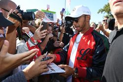 Lewis Hamilton, Mercedes AMG F1 firma autógrafos para los fans