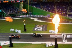 Kyle Busch, supera a Tony Kanaan, conduciendo el Polaris Slingshot SLR