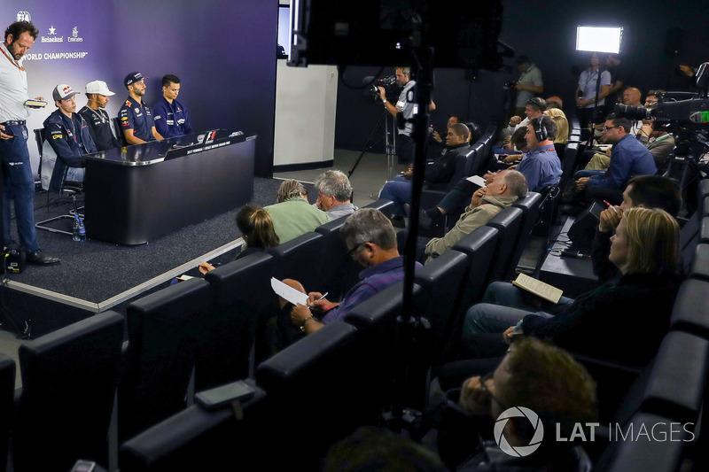 Медіа-делегат FIA Маттео Бончіані, Данііл Квят, Scuderia Toro Rosso, Льюіс Хемілтон, Mercedes AMG F1, Даніедб Ріккардо, Red Bull Racing, Паскаль Верляйн, Sauber