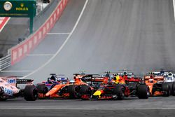 Max Verstappen, Red Bull Racing RB13, Fernando Alonso, McLaren MCL32, Daniil Kvyat, Scuderia Toro Rosso STR12, are involved in a crash at the start