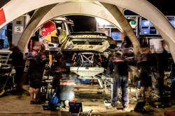 Mechaniker am #106 Peugeot Sport Peugeot 3008 DKR: Stéphane Peterhansel, Jean-Paul Cottret