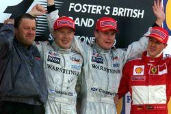 Podium : le vainqueur David Coulthard, McLaren, le second Mika Hakkinen, McLaren, le troisième Michael Schumacher, Ferrari et Norbert Haug, responsable Mercedes Sport