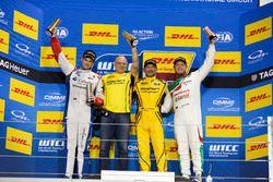 Dobogó: a győztes Gabriele Tarquini, LADA Sport Rosneft, Lada Vesta; második helyezett Tom Chilton, Sébastien Loeb Racing, Citroën C-Elysée WTCC; harmadik helyezett Rob Huff, Honda Racing Team JAS, Honda Civic WTCC