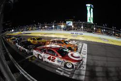 Reinicio: Kyle Larson, Chip Ganassi Racing Chevrolet líder