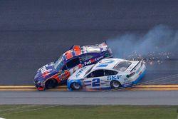 Denny Hamlin, Joe Gibbs Racing Toyota, Brad Keselowski, Team Penske Ford contatto