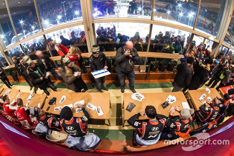 Hyundai Motorsport  firma de autógrafos