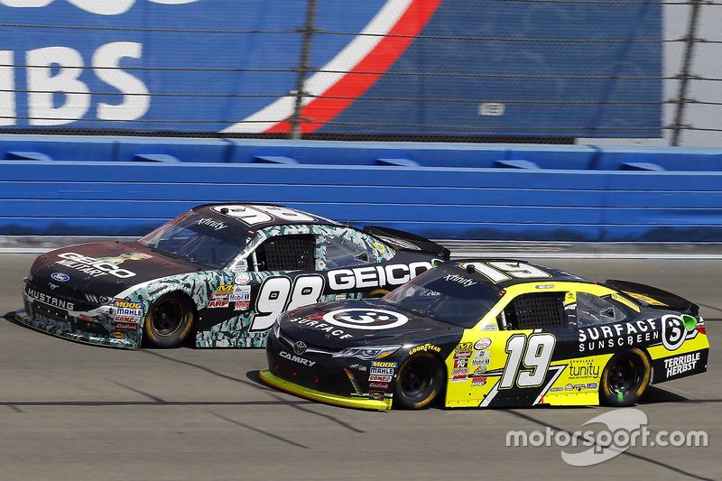 Matt Tifft, Joe Gibbs Racing, Toyota; Casey Mears, Biagi-DenBeste Racing, Ford