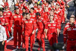Les ingénieurs Ferrari vont au Parc Fermé pour fêter la victoire