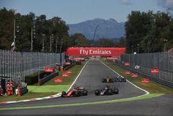 Fernando Alonso, McLaren MCL32, Romain Grosjean, Haas F1 Team VF-17