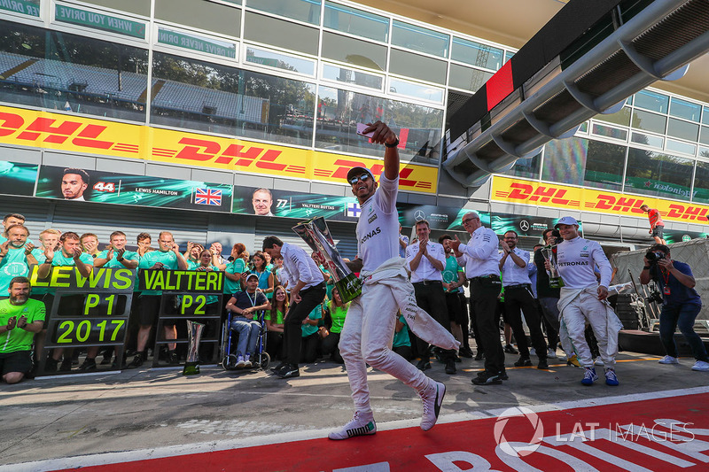 Race winner Lewis Hamilton, Mercedes AMG F1 and Valtteri Bottas, Mercedes AMG F1 celebrate, the team and the trophies