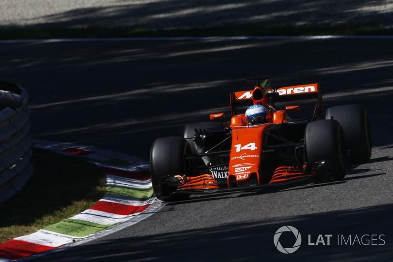Enquanto isso, Fernando Alonso e Jolyon Palmer se estranhavam lá atrás. O espanhol ficou furioso porque o inglês cortou uma chicane e não lhe deu a posição.
