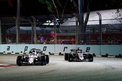 Felipe Massa, Williams FW40 devant Romain Grosjean, Haas F1 Team VF-17