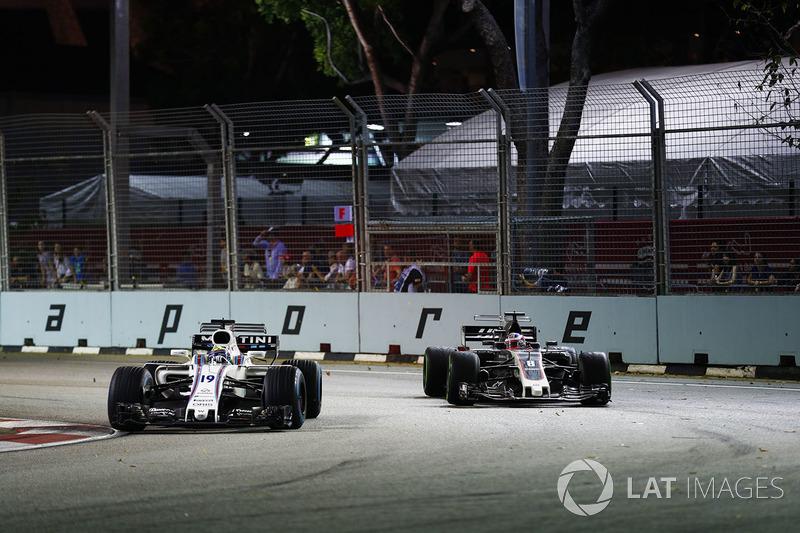 Felipe Massa, Williams FW40 precede Romain Grosjean, Haas F1 Team VF-17