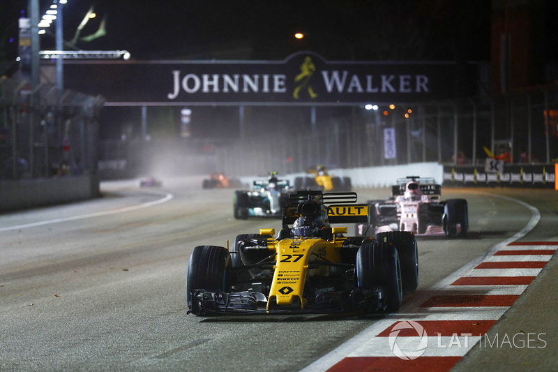 Nico Hulkenberg, Renault Sport F1 Team RS17 precede Sergio Perez, Sahara Force India F1 VJM10 e Valtteri Bottas, Mercedes AMG F1 W08