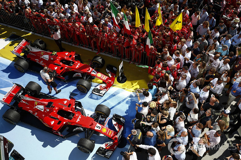 El equipo Ferrari celebra con los coches de Ferrari SF70H, Sebastian Vettel, ganador de la carrera, Kimi Raikkonen, Ferrari SF70H, segundo lugar, en Parc Ferme