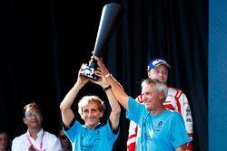 Alain Prost et Jean-Paul Driot sur le podium avec le trophée des constructeurs pour Renault eDams