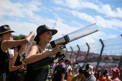 Chica de la parrilla dispara camisetas a la multitud con un arma t-shirt