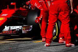 Un neumático de Pirelli se cambia en el SF70H de Sebastian Vettel Ferrari durante una parada en boxe