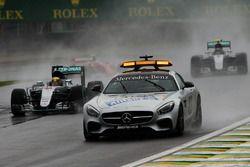 Lewis Hamilton, Mercedes AMG F1 W07 Hybrid mène derrière la voiture de sécurité