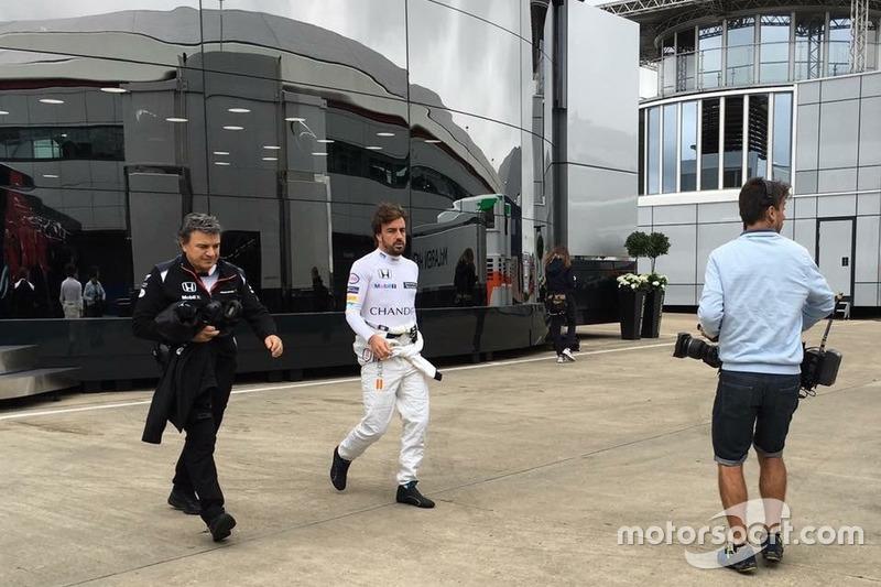 Iker Viana, cámara de televisión de Movistar F1, y Fernando Alonso