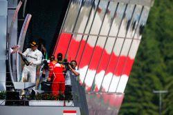 Winnaar Valtteri Bottas, Mercedes AMG F1, spuit champagne op het podium, Sebastian Vettel, Ferrari,