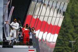 Il vincitore della gara Valtteri Bottas, Mercedes AMG F1, spruzza lo champagne sul podio, Sebastian