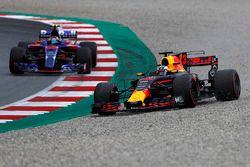 Daniel Ricciardo, Red Bull Racing RB13 schiet van de baan