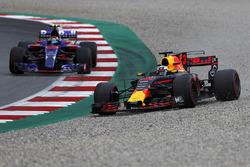 Daniel Ricciardo, Red Bull Racing RB13 çakıl havuzu boyunca ilerliyor